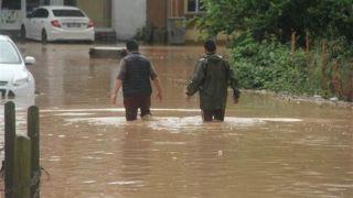 İzmit'te bir çok ev ve iş yeri sular altında kaldı