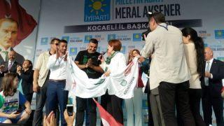Hodri Meydan, Akşener'e Kocaelispor pankartı hediye etti